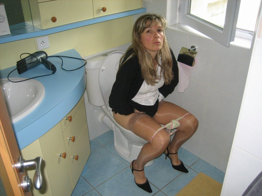 maked mature girl pissing